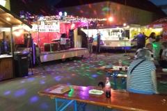 Showbühne auf Strassen-/Dorffest bei Nacht