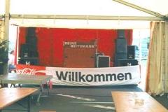 Showbühne vor Zelt aufgebaut - tagsüber 2