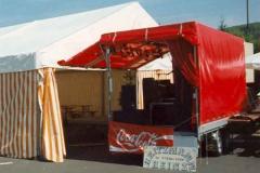 Showbühne vor Zelt aufgebaut - tagsüber 1