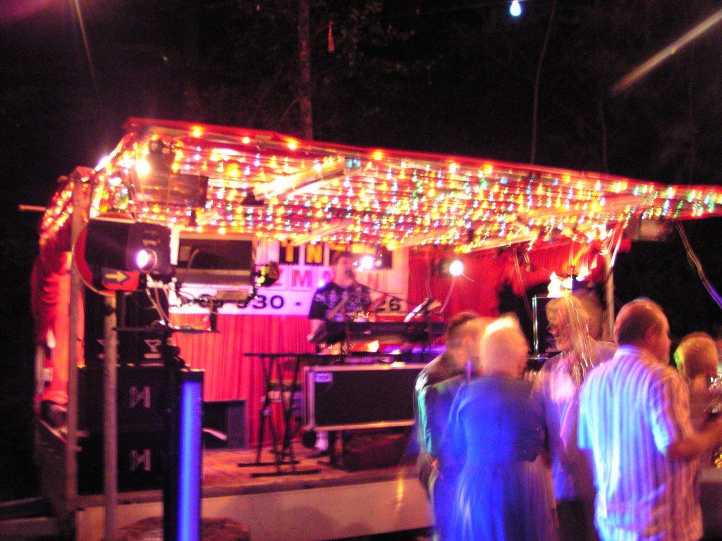 Showbühne beim Seefest in Hollenbach in der Nacht
