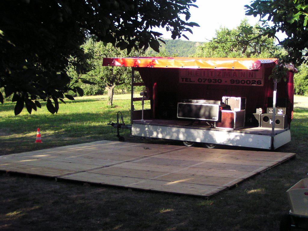 Showbühne bei einer Gartenparty